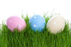 Пасхальные яйца на зеленой траве Стоковая Фотография RF