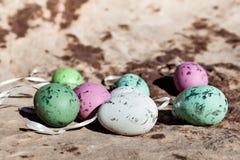 Пасхальные яйца на каменной текстуре горы в пустыне Стоковые Изображения