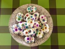 Пасхальные яйца на плите стоковая фотография