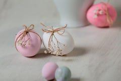Пасхальные яйца на таблице Pysanka стоковое изображение