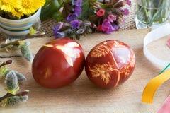 Пасхальные яйца покрашенные с луком слезают на деревянном столе Стоковые Фото