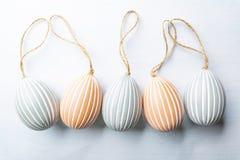 Пасхальные яйца, праздничный состав на белой предпосылке стоковая фотография rf