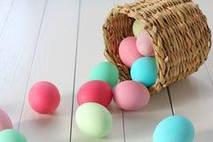 Пасхальные яйца свертывая из корзины Стоковая Фотография