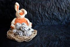 Пасхальные яйца с нарисованными вручную различными картинами и cu doodle Стоковое фото RF