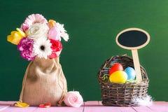 Пасхальные яйца цветков и с знаменем Стоковая Фотография RF