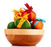 пасхальные яйца шара изолировали деревянное Стоковые Изображения