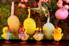 Пасха большая и яркий праздник, творческие жизнерадостные цыплята нас стоковая фотография