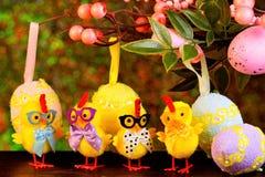 Пасха большая и яркий праздник, творческие жизнерадостные цыплята нас стоковое фото