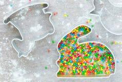 Пасха варя концепцию: зайчик кролика прессформ металла для традиционного Стоковая Фотография RF