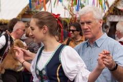 Пасха в Праге: Люди в традиционных чехословакских костюмах учат туристам как станцевать Стоковое Изображение