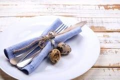 Пасха кладя назначения таблицы, варианты сервировки стола Silverware, детали tableware с праздничным украшением Вилка, нож и пода стоковое фото