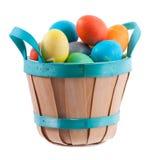 Пасха: Корзина пасхи вполне красочных покрашенных яичек Стоковое Изображение