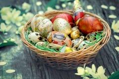 Пасха - корзина с пасхальными яйцами Стоковое Фото