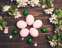 Пасха Красочные пасхальные яйца с цветением весны цветут на ржавчине Стоковое Изображение RF
