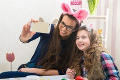 Пасха - мать и дочь при сделанные уши зайчика, фото Selfie Стоковая Фотография
