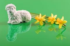 Пасха, овечка с сахаром и daffodils Стоковые Изображения