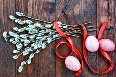 Пасха Пасхальные яйца на деревянном столе, покрашенных лентах и ветвях вербы, взгляд сверху Стоковая Фотография RF
