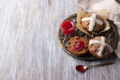 Пасха пересекает булочки с изюминками, клюквами и вареньем поленики Стоковая Фотография