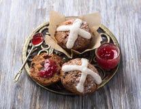 Пасха пересекает булочки с изюминками, клюквами и вареньем поленики Стоковое Изображение RF