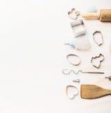 Пасха печет инструменты устанавливая на белую деревянную предпосылку стоковая фотография