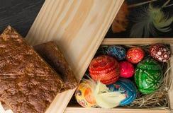 Пасха покрасила яичка и пер на деревянной предпосылке Стоковое Фото