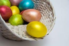 Пасха покрасила яичка в белой корзине Стоковые Изображения RF