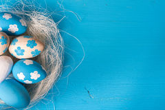 Пасха покрасила яичка в гнезде Стоковые Фотографии RF