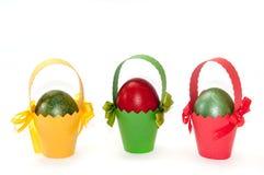Пасха покрасила яичка в покрашенных корзинах коробки Стоковые Фотографии RF