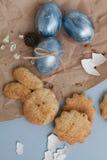 Пасха покрасила яичка и домодельные печенья Стоковые Фотографии RF