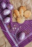 Пасха покрасила яичка и домодельные печенья Стоковое Фото