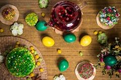 Пасха празднуя обедающий семьи, цвет eggs, торты, чай плодоовощ, помадки Стоковое Изображение