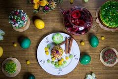 Пасха празднуя обедающий семьи, цвет eggs, торты, чай плодоовощ, помадки Стоковые Изображения RF