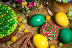 Пасха празднуя обедающий семьи, цвет eggs, торты, чай плодоовощ, помадки Стоковая Фотография RF