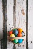 Пасха: Простая корзина пасхи заполненная с яичками с Abo Copyspace Стоковое Фото