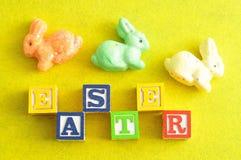 Пасха сказала по буквам с блоками алфавита и красочные зайчики Стоковые Изображения RF