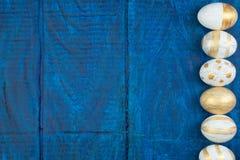 пасха счастливая Гнездо взгляд сверху при 3 всех коричневых яичка изолированного на предпосылке деревянного стола Скопируйте косм Стоковые Фото