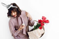 пасха счастливая красивая стильная девушка в ушах зайчика держа baske Стоковые Фото