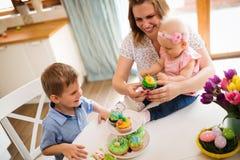 пасха счастливая Мать и ее дети крася пасхальные яйца Стоковые Изображения RF