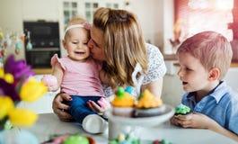 пасха счастливая Мать и ее дети крася пасхальные яйца Стоковые Фотографии RF