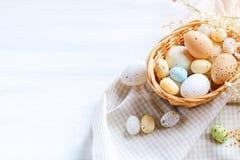 пасха счастливая Поздравительная предпосылка пасхи Пасха и яичка триперсток на деревянном столе Стоковые Фото