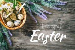 пасха счастливая Поздравительная предпосылка пасхи Пасха и яичка триперсток на деревянном столе Стоковые Изображения