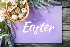 пасха счастливая Поздравительная предпосылка пасхи Пасха и яичка триперсток на деревянном столе Стоковое Изображение RF