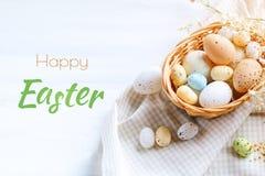 пасха счастливая Поздравительная предпосылка пасхи Пасха и яичка триперсток на деревянном столе Стоковое фото RF