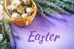 пасха счастливая Поздравительная предпосылка пасхи Пасха и яичка триперсток на деревянном столе Стоковые Изображения RF
