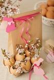 пасха счастливая Украшение пасхи - цвести разветвляет в shel стоковая фотография