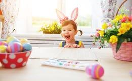 Пасха счастливая девушка ребенка с ушами зайчика с покрашенными яичками и f Стоковая Фотография