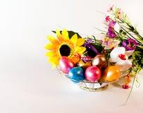 пасха счастливая Корзина с пасхальными яйцами и цветками Стоковая Фотография