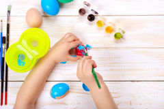 пасха счастливая Мать и ее крася пасхальные яйца Стоковое Изображение RF