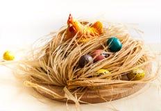пасха счастливая Цыпленок в гнезде и покрашенных яичках Стоковые Фото