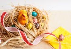 пасха счастливая Цыпленок в гнезде и покрашенных яичках Стоковое Изображение RF